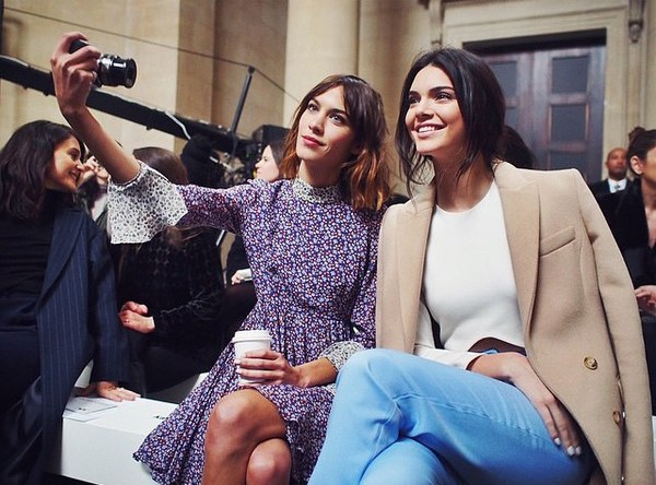 Kendall-Jenner-Alexa-Chung-selfie-marketing-inteligent-emiral-media-01